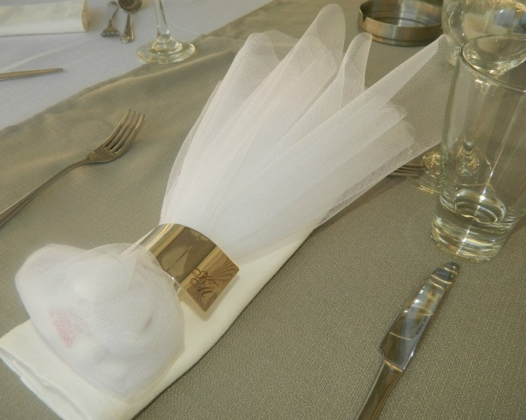 Μπομπονιέρα Γάμου με τούλι, μπρούτζινο με το αρχίγραμμα, Melisa Graphics.