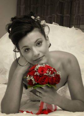 Νυφικό μπουκέτο με κόκκινα τριαντάφυλλα Photo by Studio Alpha
