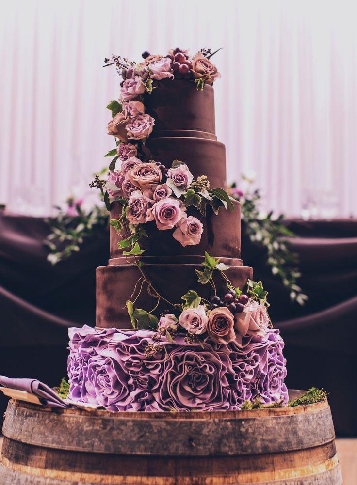 0ca66eb19001 Εντυπωσιακκή μεγάλη τούρτα για γάμο διακοσμημένη με πολλά λουλουδια.
