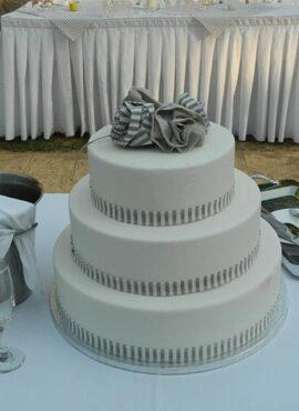 Τούρτα-γάμου-με-ρίγες-γκρι-και-υφασμάτινο-τριαντάφυλλο